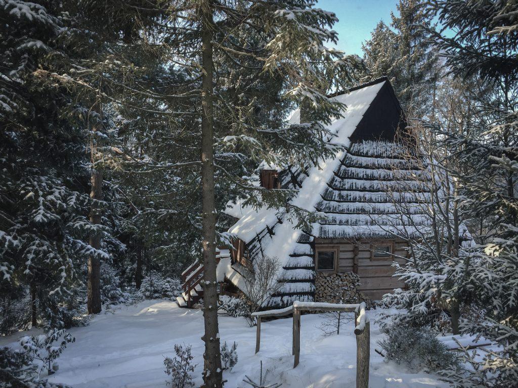 Domek z drewna zimą.